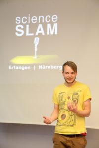 FAU-Doktorand Simon Reif hat es bis ins Bundesfinale des Science Slam geschafft. (Bild: FAU/Gerog Pöhlein)