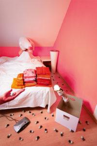 """Beim Aufstehen: der Urknall im Schlafzimmer. Ein Motiv aus dem Buch """"Als das Licht Laufen lernte"""". (Bild: Daniela Leitner)"""