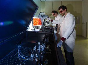 Dr. Ralf Palmisano (l.) und Dr. Tristan Nowak justieren das neue STED/RESOLFT Superresolution-Mikroskop. Damit können Forscher Zellen und Nanopartikel in einer bisher nicht dagewesenen Genauigkeit untersuchen. (Bild: Erich Malter)