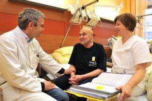 Das rund 20-köpfige Team um Prof. Dr. Christoph Ostgathe (links) ist immer für die Erkrankten da – auch wenn jemand nachts ein Gespräch führen möchte. (Bild: Uni-Klinikum Erlangen)
