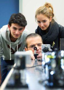Ein Experiment zur Quantennatur des Lichts erleben Schülerinnen und Schüler im Labor von Professor Jan-Peter Meyn. (Bild: David Harfiel)