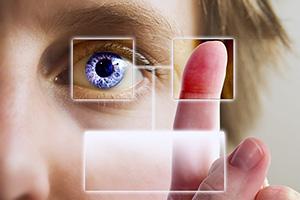 Menschliches Auge, Daumen und Zeigefinger im Vordergrund