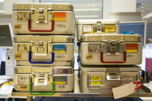 Sets of instruments are sterilised and stored in containers. (Image: FAU/Georg Pöhlein)