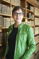 Foto von Konstanze Söllner vor einer Reihe von Bücherregalen