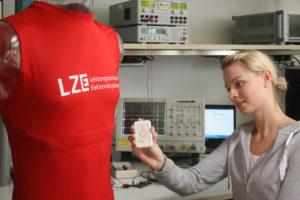 Fitness-Shirt mit zwei integrierten Elektroden sowie einem Atemband zur Messung eines 1-Kanal EKG und der Atemrate. Die Messdaten werden in einer elektronischen Einheit zusammengeführt und dann per Bloototh Low Energy z.B. an ein Smartphone geschickt. (Bild: Fraunhofer IIS/Kurt Fuchs)
