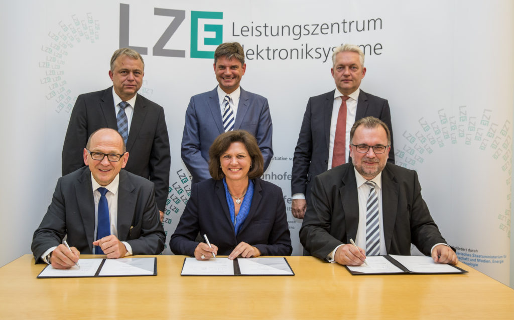 On 16 June 2015, the Bavarian state minister of economic affairs Ilse Aigner, together with (front row, from left to right) Prof. Dr. Albert Heuberger, head of Fraunhofer IIS, Prof. Dr. Siegfried Russwurm, member of the Managing Board at Siemens AG, (back row, from left to right) Prof. Dr. Lothar Frey, head of Fraunhofer IISB, Prof. Dr. Joachim Hornegger, President of FAU, and Prof. Dr. Alexander Verl, Vice President of Fraunhofer-Gesellschaft, signed a letter of intent on the strategic partnership in LZE between Siemens AG and the two Erlangen-based Fraunhofer Institutes IIS and IISB at the ministry in Munich. (Image: Marc Müller/Marc Müller-Fraunhofer IIS-dedimag/dedimag)