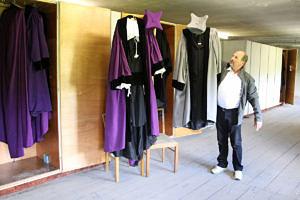 Violett für die Naturwissenschaftler, grau für die Techniker – Hausmeister Elmar Stolbinger kennt sich mit den Farben der alten Talare aus. Sie lagern im Dachboden des Kollegienhauses. (Bild: FAU/Georg Pöhlein)