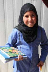 Ein junges Mädchen geht zur Schule. Wie sehr sie sich darüber freut, ist offensichtlich. (Bild: Petra Bendel)