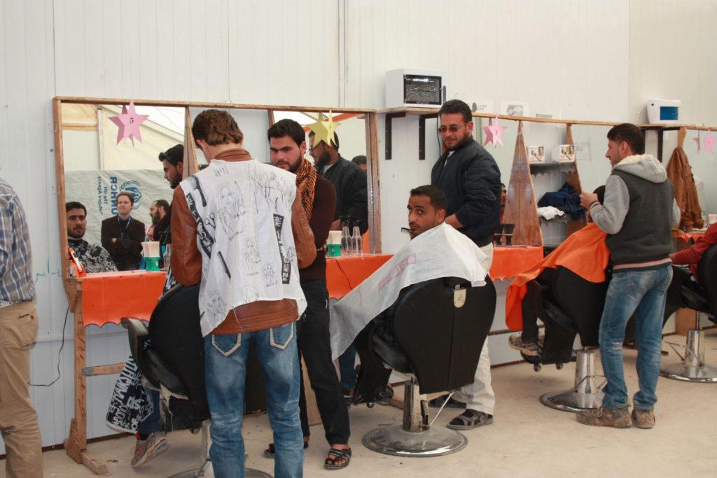 Junge Männer lernen den Friseur- und Barbierberuf, den man im Flüchtlingscamp sehr gut gebrauchen kann. (Bild: Petra Bendel)