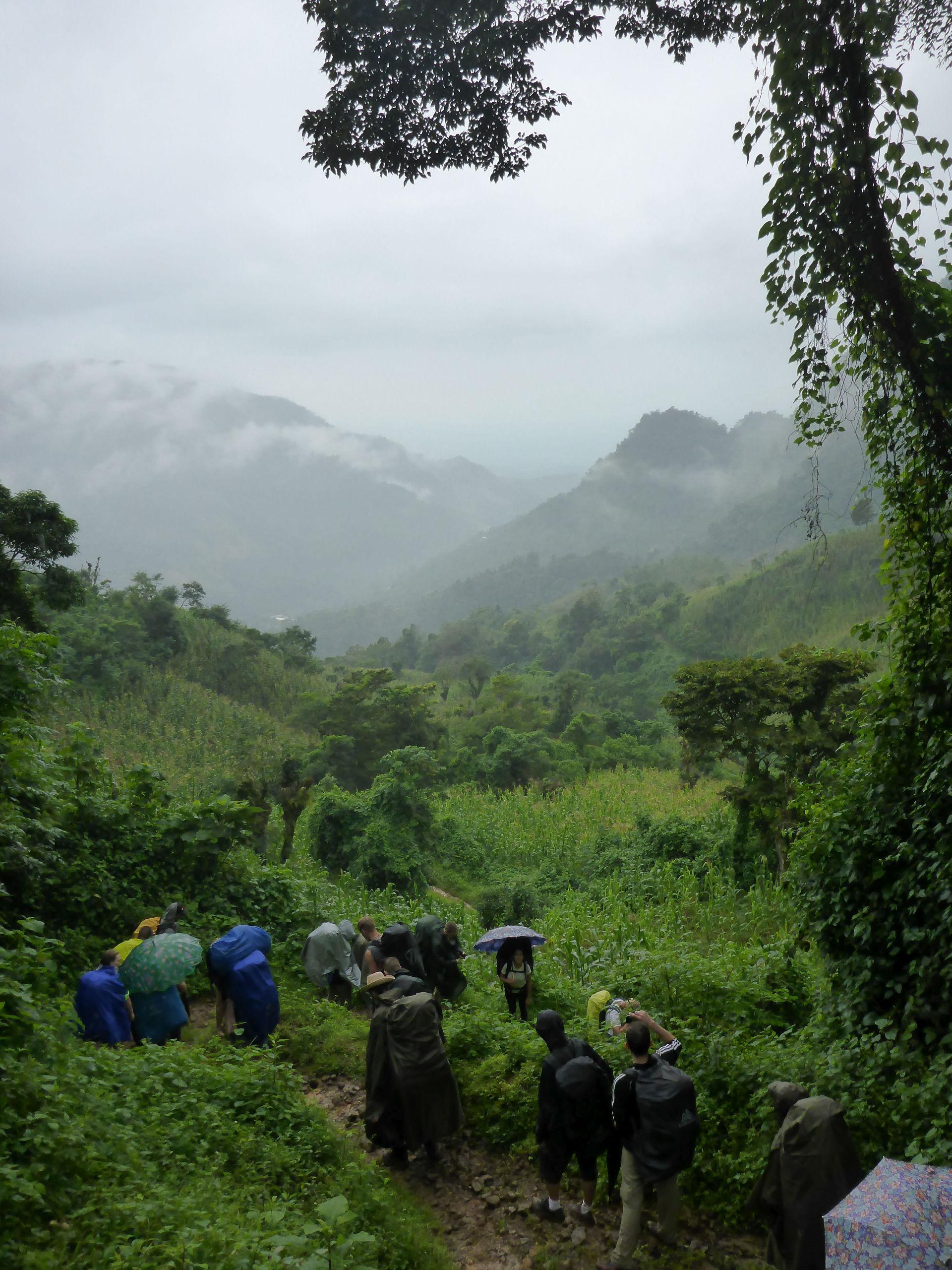 Die Exkursionsgruppe des Instituts für Geographie der FAU auf dem Weg zu einer Finca westlich von Niquivil in Mexiko. (Bild: Felix Schiefer)