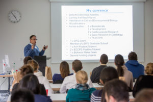 Prof. Dr. Felix B. Engel gives the young researchers career tips. (Image: FAU/Georg Pöhlein)