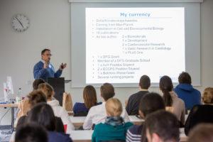 Prof. Dr. Felix B. Engel gibt den Jungforschern Karrieretipps. (Bild: FAU/Georg Pöhlein)