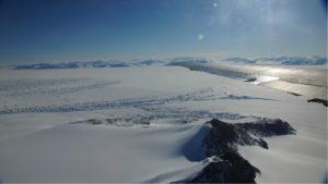 Blick auf das George-VI Ice Shelf, Westliche Antarktische Halbinsel. Aufgenommen während eines NASA IceBridge Messfluges am 16. November 2011. Photo: Matthias Braun.