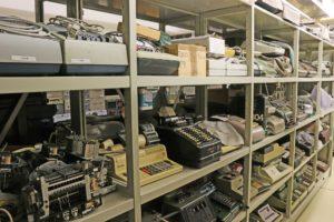 Magazinregale mit mechanischen und elektromechanischen Rechenmaschinen sowie elektronischen Tischrechnern (Bild: FAU/Georg Pöhlein)