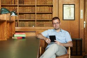 """""""Das Aufwachsen in einer Welt mit vielfältigen digitalen Medien führt zu einer generell veränderten Mediennutzung und damit auch zu einem veränderten Leseverhalten"""", sagt Dr. Axel Kuhn, Buchwissenschaftler und Leseforscher an der FAU. (Bild: FAU/David Hartfiel)"""