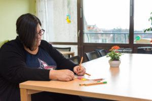 Das Behandlungskonzept der Psychosomatik des Uni-Klinikums Erlangen umfasst bei der Therapie von Essstörungen nicht nur die Ansprache von Ess- und Sozialverhalten, sondern auch Kreativ- und Ausdrucksmöglichkeiten. Diese sollen das Verhältnis zum Körper und den eigenen Fähigkeiten verbessern. (Bild: Uni-Klinikum Erlangen)