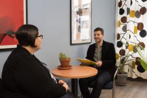 In der Therapie von Essstörungen sind Gespräche wichtig. Ob in der Gruppe oder allein mit dem Psychotherapeuten – die Patienten sollen sich aufgehoben, angehört und verstanden fühlen. (Bild: Uni-Klinikum Erlangen)