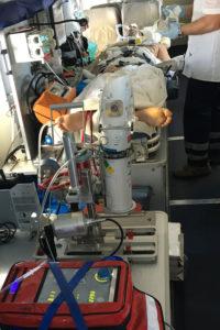 Das Kurzstrecken-Flugzeug ist medizinisch auf höchstem Niveau ausgestattet: So konnte Andreas M. mit dem implantierten ECMO-System sicher zurück nach Deutschland gebracht werden. (Bild: Uni-Klinikum Erlangen)