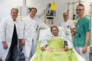 Von links: Dr. Michael Meyer (Flugarzt/Anästhesie), Dr. Simon Rieß (Anästhesie), Andreas M. (Patient), Steffen Oehrlein (Kardiotechniker) und PD Dr. Richard Strauß (Medizin 1) (Bild: Uni-Klinikum Erlangen)
