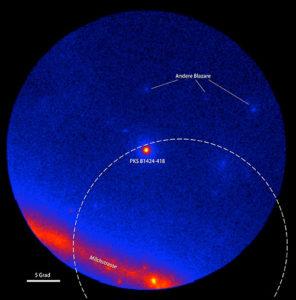 Der Gammahimmel im Umfeld des Blazars PKS B1424-418, aufgenommen mit dem LAT-Detektor an Bord des Fermi-Gammastrahlungsobservatoriums. Die Farben zeigen die Intensität der Gammastrahlung. Der gestrichelte Kreis zeigt den Wahrscheinlichkeitsbereich am Himmel, in dem das Big-Bird-Neutrinoereignis stattgefunden hat (50% Konfidenz-Level). Links: Fermi-LAT-Daten, gemittelt über 300 Tage um den 8. Juli 2011, während denen der Blazar nicht aktiv war. Rechts: Fermi-LAT-Daten, gemittelt über 300 Tage um den 27. Februar 2013, während denen PKS B1424-418 den hellsten Blazar in diesem Bereich des Himmels darstellte. (Bild: NASA/DOE/LAT-Kollaboration)