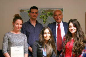 Prof. Dr. Hohenberger (back right) and four of the scholarship holders. (Image: FAU/Boris Mijat)