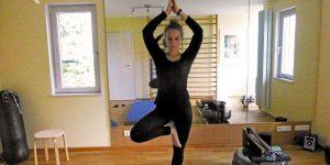 """Diese Yogafigur nennt sich """"Baum"""" - und erfordert einiges an Gleichgewicht (Bild: Marietta Thies)."""