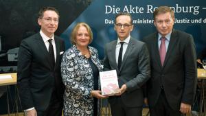 In Berlin stellten Prof. Dr. Christoph Safferling, Sabine Leutheusser-Schnarrenberger, Heiko Maas und Prof. Dr. Manfred Görtemaker (v.l.) nun die Ergebnisse vor. (Bild: bmjv/phototek.net)