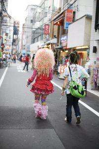 Junge Japaner in extravagantem Outfit