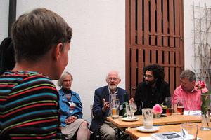 Gruppe um einen Tisch