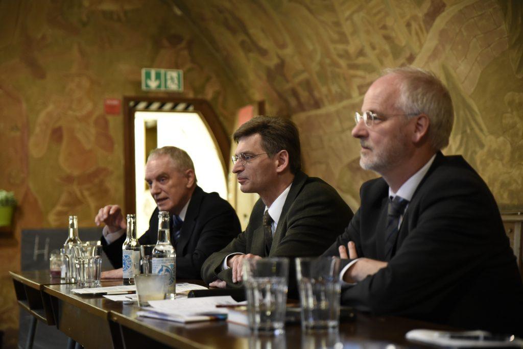 Drei Männer am Tisch