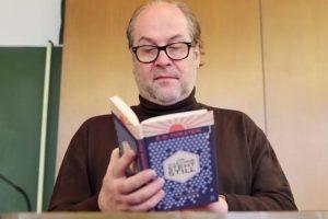 Videostill Dr. Bernd Flessner mit Buch
