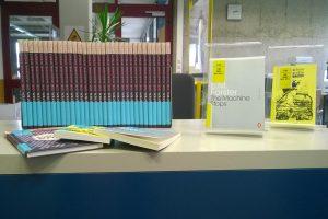 """Leseexemplare """"Die Maschine steht still"""" in der Universitätsbibliothek der FAU"""