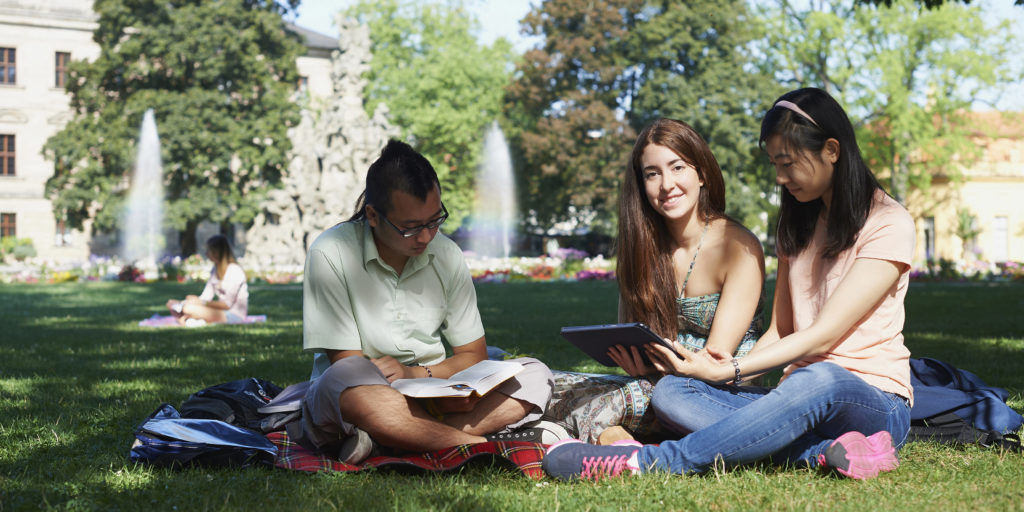 Bei schönem Wetter ist der Erlanger Schlossgarten ein beliebter Lern- und Freizeitort für die Studierenden (Foto: FAU/David Hartfiel)