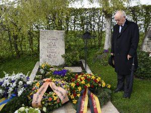 Dr. Herbert Schmidt am Grab von Ludwig Erhard