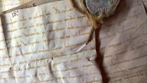 Zerknittertes Papier mit alter Schrift