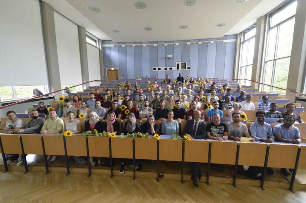 """Gruppenfoto nach der Übergabe der Absschlussbescheinigungen für die Teilnehmer am FAU-Programm """"Studienorientierzung für Geflüchtete"""""""