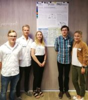 """Das Team """"2nd-Life"""", fünf Personen, stehen in einer Reihe vor einem Plakat"""