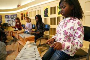 Durch das gemeinsame Musizieren lernen die Schülerinnen und Schüler, wie wichtig jeder Einzelne für die Gemeinschaft ist. (Bild: Roland Fengler)