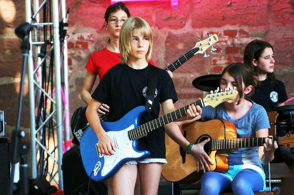 Einer der Bandklassen von klasse.im.puls gibt ein Konzert. (Bild: klasse.im.puls)