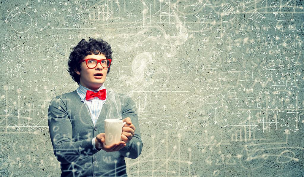 Junger Wissenschaftler mit dampfender tasse und einer Menge mathematischer Formeln