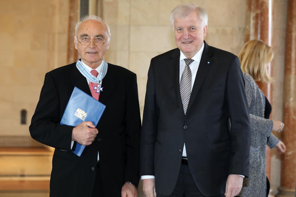 Ministerpräsident Horst Seehofer übergibt Prof. Dr. Werner Hohenberger den BayerischenVerdienstorden. (Bild: Bayerische Staatskanzlei/Tobias Isemann)