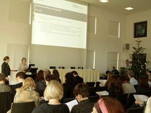 Kerstin Sommer und eine Kollegin des Welcome Center der Universität Passau präsentieren den fertigen Payslip Kolleginnen und Kollegen anderer deutscher Welcome Center. (Bild: EURAXESS Deutschland)