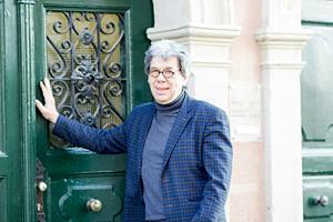 Henning vor Tür der Studienberatung