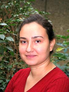 Frau Bilgilisoy, ESR im Training Network ELENA, absolvierte einen Bachelor und Master am Department Physik des Izmir Institute of Technology in der Türkei, bevor sie an die FAU kam. (Bild: Elif Bilgilisoy)