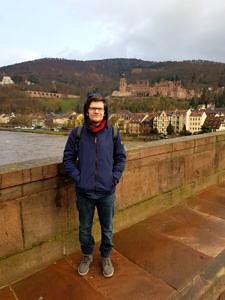Privatfoto von Ilija Gets auf einer Brücke.