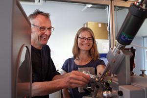 Die FAU-Wissenschaftler Prof. Dr. Yves Muller und Karin Schmidt am Mirkroskop