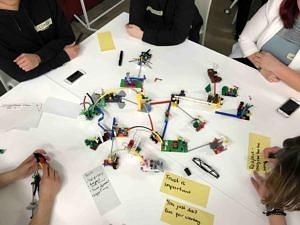 Mit Lego-Männchen und Karteikarten auf die Praixs vorbereiten ist Teil des DTA-Programms. (Bild: Julia Hechelmann)