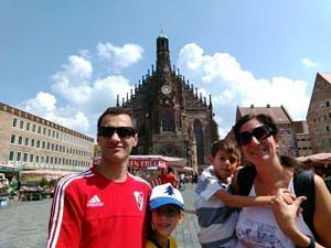 Prof. Ballarre mit Ehemann Diego (links) und den Kindern Paulina und Enzo auf dem Hauptmarkt in Nürnberg. (Bild: Diego L. Lucifora)