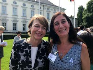 Prof. Dr. Josefina Ballare (rechts) mit Elke Büdenbender, Frau des Deutschen Bundespräsidenten Frank-Walter Steinmeier, beim Empfang der Humboldt-Stipendiaten auf Schloss Bellevue in Berlin. (Bild: Dr. Bettina Mahler)
