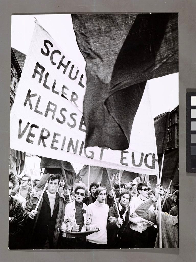 "Schüler mit Plakat ""Schüler aller Klassen vereinigt euch"""